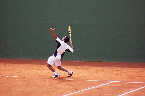 El tenista rondeño realiza un saque