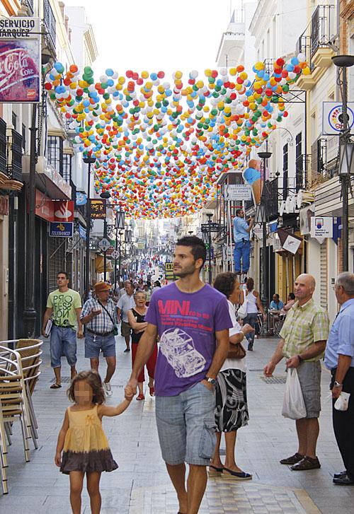 Lo farolillos ya decoran las calles del centro.
