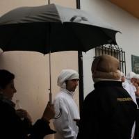 Costaleros esperan la decisión sobre la salida.