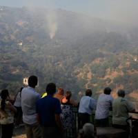 Un grupo de vecinos observa la evolución del fuego.