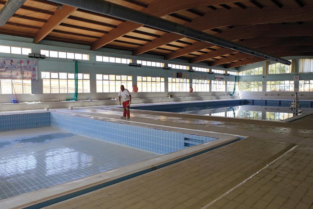 realizan obras de mejora en la piscina climatizada de el