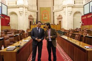 El parlamentario andaluz con el autor del reportaje en el salón de Plenos.