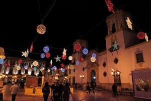 La plaza del Socorro iluminada con bolas y estrellas.