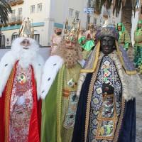 Los tres Reyes Magos, antes de iniciar su recorrido esta mañana.