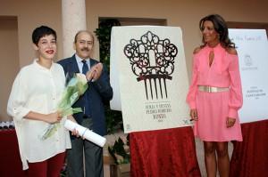María Retamero, autora del cartel, junto a su obra.
