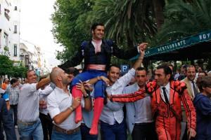 A hombros por la calle Virgen de la Paz.