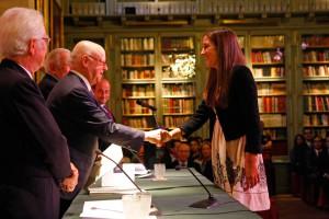 Jorge Edwards  felicitando a una de las premiadas.