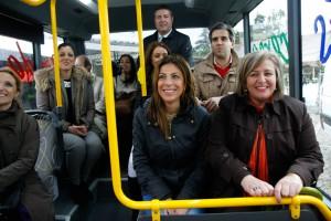 Ediles y representantes de la empresa, en el viaje inaugural.