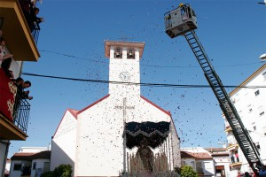 Los bomberos lanzaron pétalos a la Virgen del Rosario.