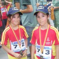 Dos corredoras con sus medallas tras terminar la prueba