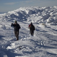 Senderistas en uno de los picos de la Sierra de las Nieves.