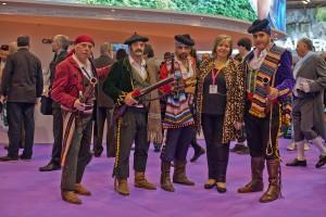 La delegada de Turismo con un grupo de bandoleros.