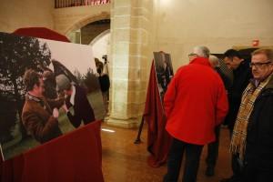 Fotografías de Marín adornaron la capilla.