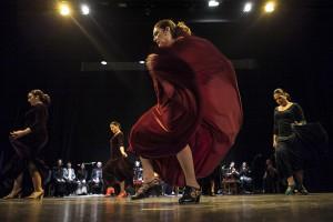 Momento del espectáculo con Pilar Becerra en primera plano.