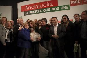 La presidenta andaluza junto a la candidatura rondeña tras recibir un obsequio de unas militantes.
