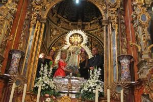 Momento de la ofrenda floral a la Virgen de la Paz.