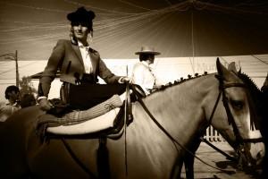 Dos amazonas durante el paseo a caballos celebrado hoy.