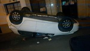Un volkswagen blanco volcó en la calle Infantes