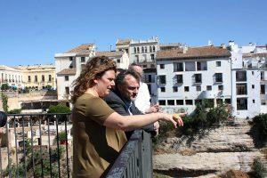 La alcaldesa, junto al consejero, en las Cornisas del Tajo.