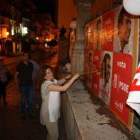 La alcaldesa colocó los primeros cazrteles del PSOE,