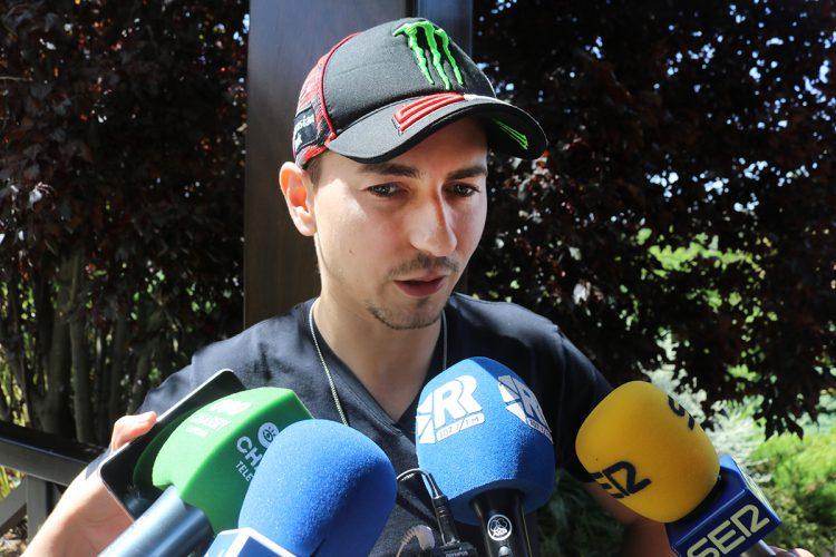 Jorge Lorenzo enseña pilotaje seguro en Ascari