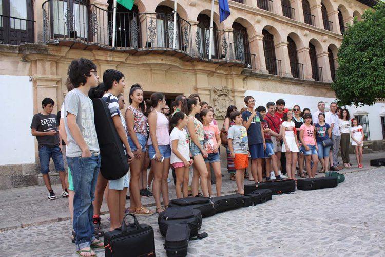 Padres y alumnos del Conservatorio se concentran en el Ayuntamiento para exigir a la Junta 3º y 4º de Grado Profesional