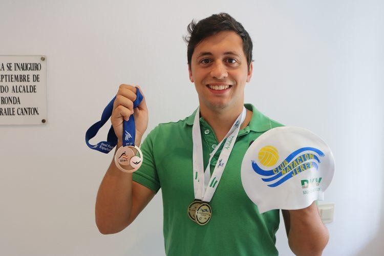 Victor Bastida logra tres medallas de oro en los campeonatos andaluz y español de natación