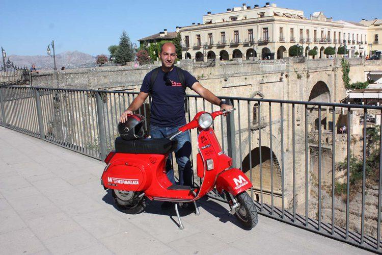 La Vuelta a Málaga a lomos de una vieja Vespa