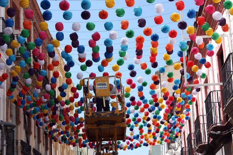 Los primeros farolillos de la Feria de Pedro Romero ya lucen en el centro de Ronda