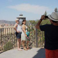 Visitantes españoles fotografiándose junto al Parador de Ronda