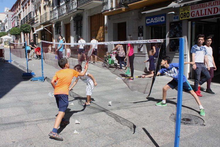 Cerca de 200 personas practican el bádminton en pleno centro de Ronda