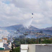 Un incendio calcina dos hectáreas y penetra en dos patios de viviendas de la Cañada Real