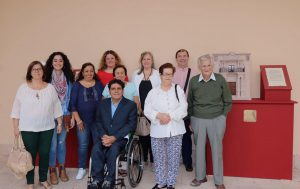 La alcaldesa y la edil de Turismo junto a los familiares de Cristóbal Ruiz.