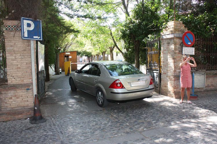 El Ayuntamiento cobra 2,20 euros a los rondeños que usan el parking de El Castillo para ir a misa