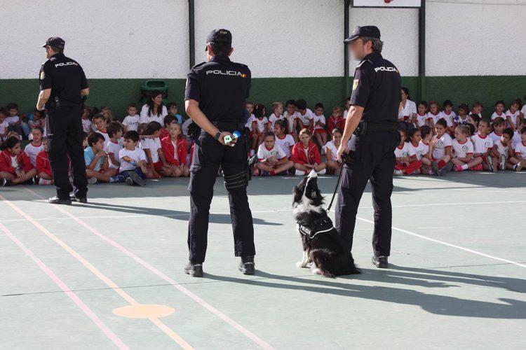 La Policía Nacional explica su trabajo a los más pequeños del colegio Juan de la Rosa