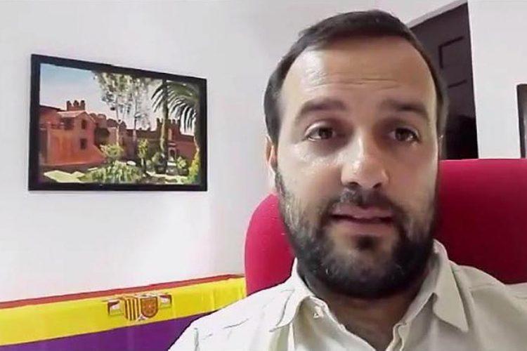 Mientras retiran el mástil de la enseña de España, Carreño muestra un vídeo con una bandera no constitucional en el Ayuntamiento