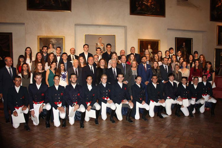 Premios y becas de la Real Maestranza de Caballería a alumnos destacados; cita con la cultura y la educación