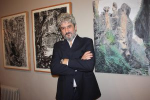 David López Panea junto a sus obras.