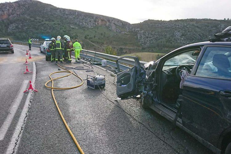 Una mujer muerta y un hombre herido al colisionar frontalmente dos turismos en la A-367 Ronda-Málaga