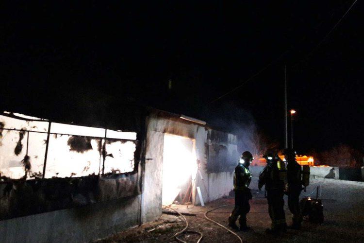 Una nave de carpintería de Arriate queda completamente calcinada tras declararse un incendio
