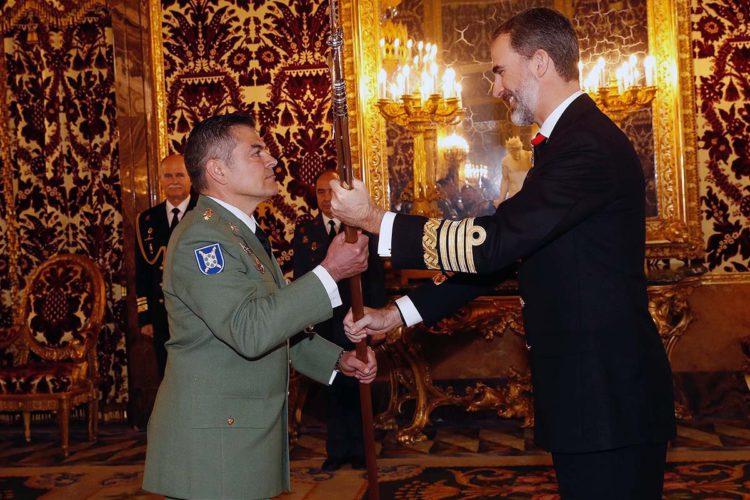El Rey Felipe VI entrega el Tercio de la Legión de Ronda su nueva Alabarda