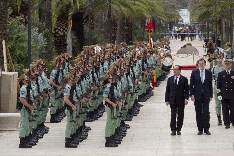 La Legión de Ronda da la bienvenida a Rajoy y a Hollande a su llegada a Málaga para la cumbre Hispano-Francesa
