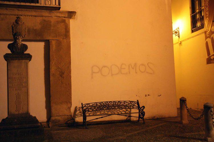 Unos desconocidos realizan pintadas con la palabra 'Podemos' en la casa de la alcaldesa y en la del portavoz de APR