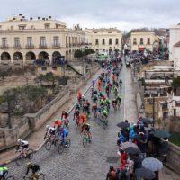 El pelotón de la Vuelta Ciclista a Andalucía deja una estela multicolor en Ronda