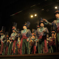 La comparsa de Martínez Ares trajo lo mejor del Carnaval de Cádiz al Teatro Vicente Espinel