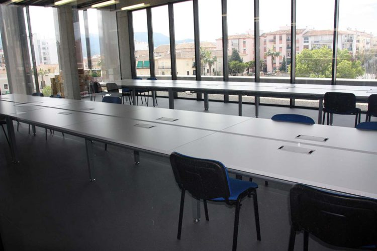 La Concejalía de Cultura deja sin ordenadores a los estudiantes que utilizan la Biblioteca Comarcal y se los lleva a otras dependencias del Ayuntamiento