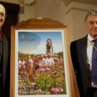 La Hermandad de la Virgen de la Cabeza presenta el cartel de la romería que recoge una fotografía del camino de Javier Flores