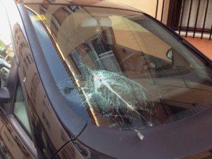 Un coche estacionado ha sufrido el impacto de las tejas caídas. en San Rafael.