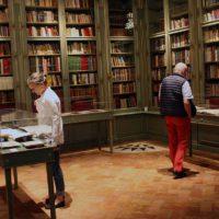 Numerosas personas han contemplado de cerca los archivos de la Biblioteca de la Real Maestranza en una jornada de puertas abiertas