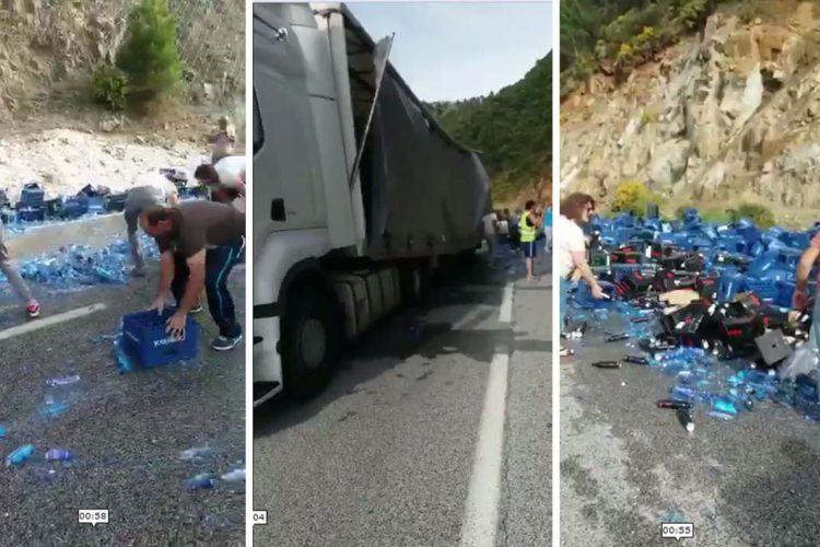 Un camión tráiler pierde la carga de botellas de agua en la carretera de San Pedro y corta el tráfico durante media hora